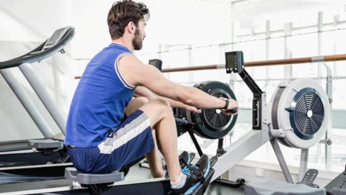 Rudern auf dem Rudergerät, im Fitnessstudio