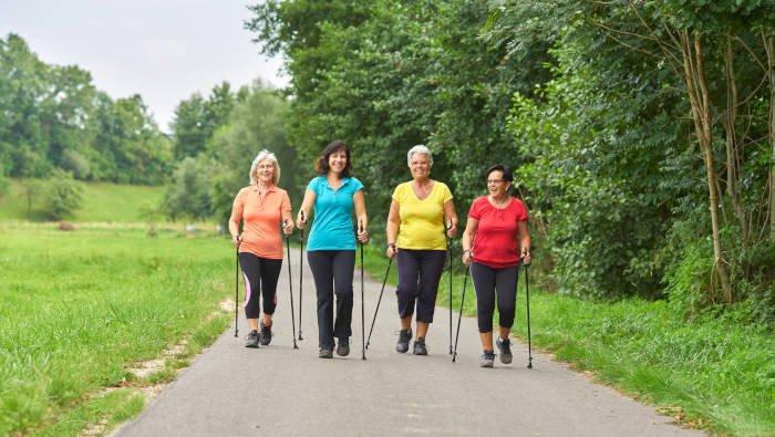 Der beste Sport zum Abnehmen macht Spaß - vier Frauen machen Nordic Walking