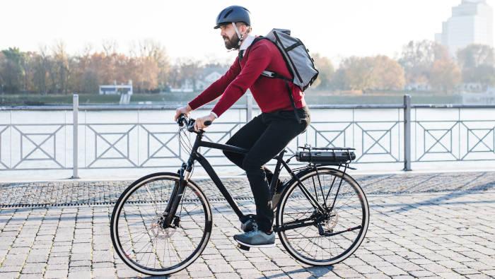Radfahren im Alltag - Mann auf City-Rad