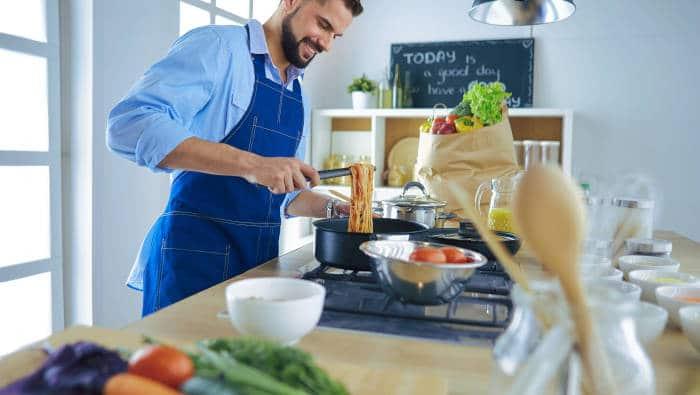 Sporternährung - Mann kocht selbst