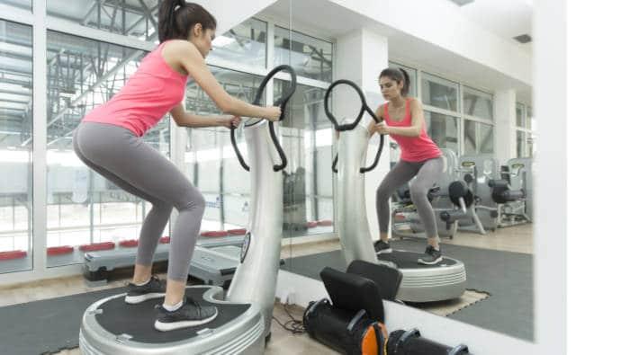 Vibrationstraining auf Vibrationsplatte im Fitnessstudio