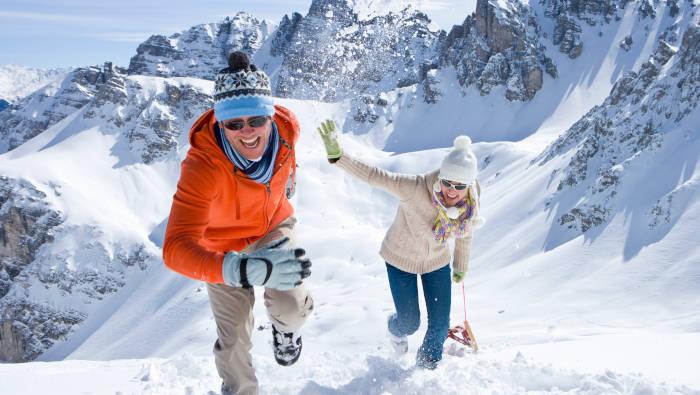 Wintersport macht Spaß, egal welche Wintersportart, auch mit einfachem Holzschlitten
