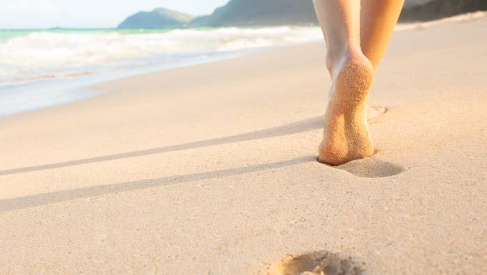Barfuß gehen am Strand ist ein gutes Fußtraining