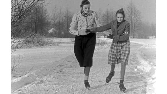 Eislaufen - unsere Vorfahren mit Anschnall-Schlittschuhen