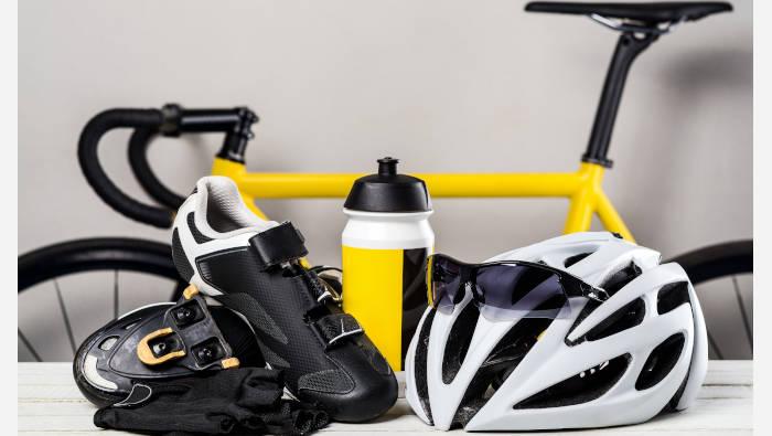 Sportausrüstung - das braucht man zum Rennrad fahren: Helm, Schuhe, Brille, Rennrad
